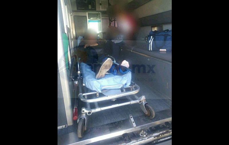Indicó la conductora que cuando circulaba por la calle Cuauhtémoc se les atravesó un vehículo y al tratar de frenar se le derrapó la motocicleta, haciéndose cargo elementos de Tránsito y Vialidad