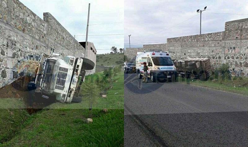Al lugar acudieron paramédicos de Protección Civil Huandacareo, los cuales atendieron en el lugar al conductor identificado como Reveriano C., de 46 años, originario del mismo municipio