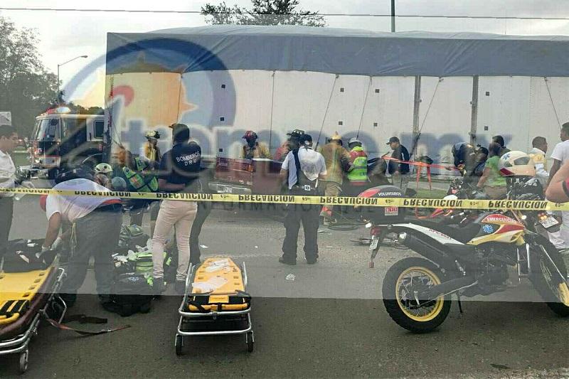 Agentes de Tránsito y Vialidad Municipal acordonaron el área en espera de los representantes de las Fiscalía Regional ordenaran el rescate del cuerpo para trasladarlo al Servicio Médico Forense