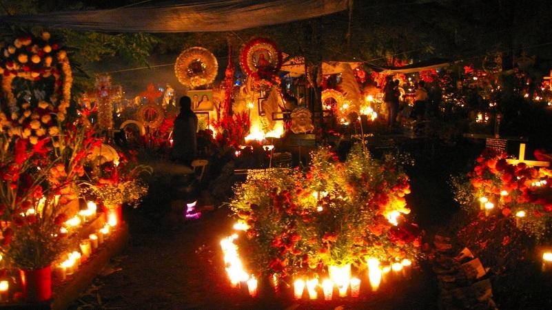 Pátzcuaro y su zona lacustre es donde se vive con mayor fervor las celebraciones de Noche de Muertos, las cuales inician de manera formal la noche del 31 de octubre y se prolongan hasta el 2 de noviembre por la tarde