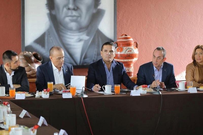 El dirigente estatal del PRD, Antonio Soto Sánchez, en compañía de los secretarios del CEE, saludaron la disposición y apertura del mandatario michoacano para dialogar con todos los sectores de la sociedad, más allá de colores e ideologías