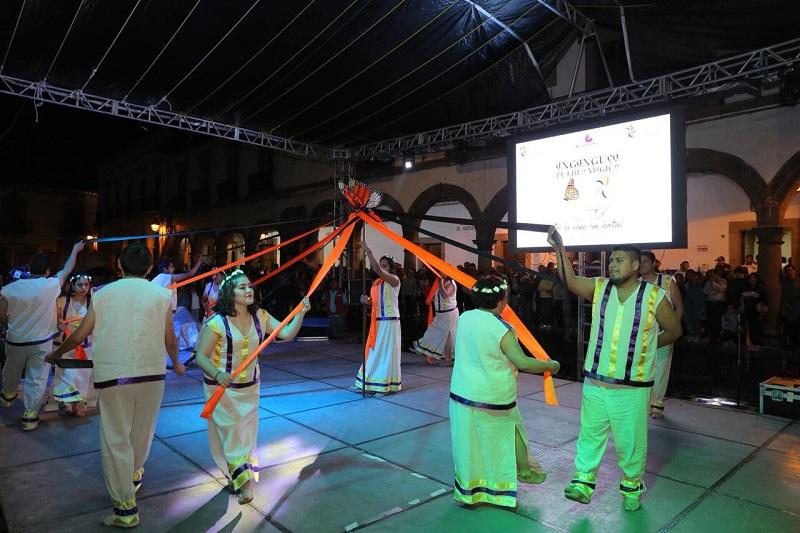 La titular de la Sectur en Michoacán, Claudia Chávez y el representante de la Sectur Federal, Gerardo Corona, aprecian la serie de eventos culturales de los 8 Pueblos Mágicos michoacanos