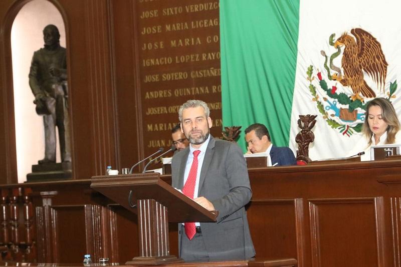 Autoridades nicolaitas, así como líderes de profesores y trabajadores celebran el respaldo del Legislativo