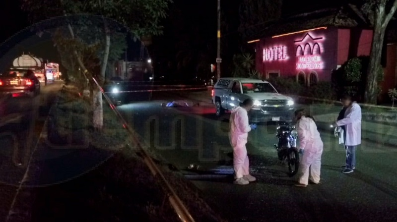 Al lugar acudió unidad médica así como Policía Michoacán, confirmando los paramédicos que el motociclista fue arrastrado varios metros quedando sin vida en la cinta asfáltica, por lo que fue acordonado el lugar