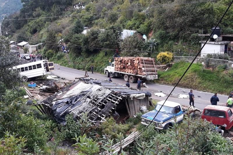 Cabe destacar que en el accidente también se encuentra involucrado un camión de carga conocido como trocero, por lo que peritos en la materia ya realizan las actuaciones correspondientes