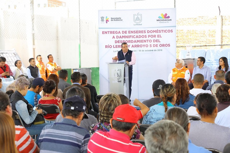 El titular de la Sedesoh, Juan Carlos Barragán, acudió a la entrega de enseres domésticos para las 42 familias beneficiarias