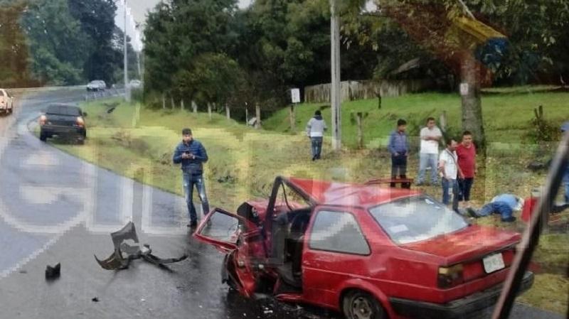 Tras el fuerte impacto resultaron lesionados los ocupantes del carro de color rojo, quienes fueron auxiliados por paramédicos y llevados a un hospital de Uruapan