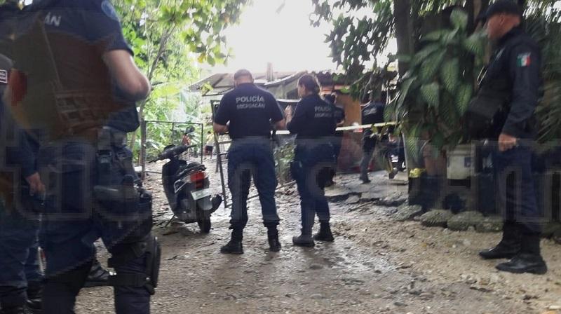 Al lugar de los hechos arribaron elementos de la Fiscalía de Lázaro Cárdenas, quiénes fueron los encargados de realizar levantamiento de cuerpo sin vida de Alejandro V., de 37 años e iniciaron las primeras indagatorias
