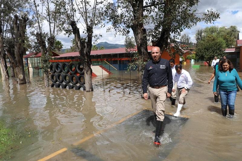 Desde el pasado lunes que la capital del estado sufrió severas inundaciones y el desbordamiento del río Grande por las intensas lluvias, la Secretaría de Educación ordenó la suspensión de labores en 28 planteles educativos debido a las afectaciones pluviales