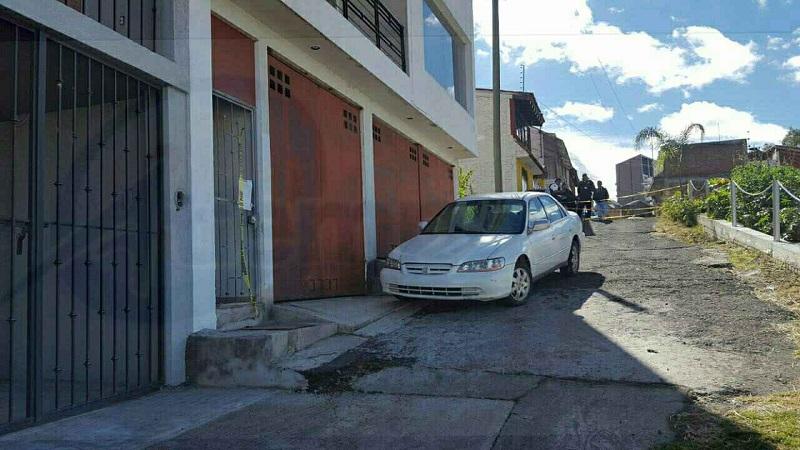 Fuentes policíacas indicaron que fueron alertados que en el interior de la vivienda ubicada sobre la calle Cerro de la Estrella, a la altura del número 65,  se encontraba una persona tirada con líquido hemático