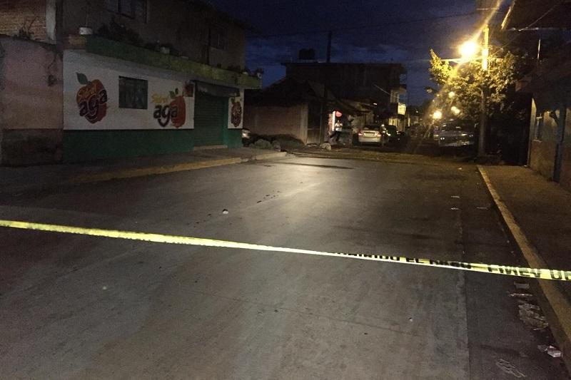 Hasta el lugar arribaron los paramédicos de Protección Civil Municipal y elementos de la Policía Michoacán, los primeros trataron de reanimarlo con técnicas de resucitación, pero fue inútil