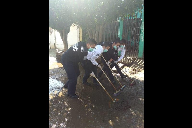Desde temprana hora los elementos municipales acudieron en el auxilio de la limpieza en aljibes de las familias damnificadas, en donde también continuaron con el apoyo para mover muebles siniestrados
