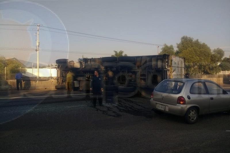 Al lugar acudieron elementos de la Policía Federal y Michoacán, quienes cerraron la vialidad para que paramédicos y bomberos de Protección Civil Tarímbaro laboraran en el lugar
