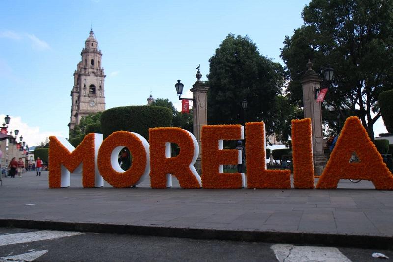 Roberto Monroy García, secretario de Turismo de Morelia, comentó que para este fin de semana la ciudad viste ya los colores tradicionales de la Noche de Muertos