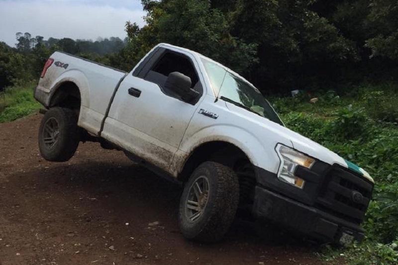 El afectado solicitó de inmediato apoyo a la Policía Michoacán para tratar de ubicar la camioneta Ford tipo 4x4, modelo 2016 con placas MU-4848-N de esta entidad por lo que se realizó un operativo en la zona
