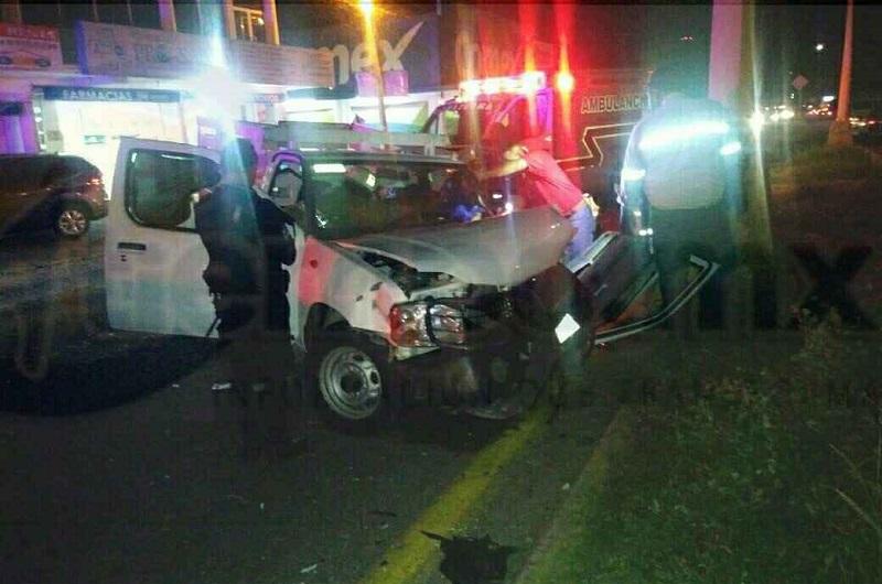 El exceso de velocidad y el aparente estado etílico en que era conducida la camioneta Nissan tipo estaquitas, de color blanco, fueron factores para que el vehículo terminara chocando contra una luminaria