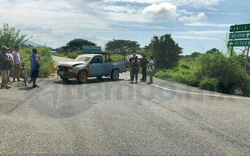 Los hechos ocurrieron cuando se impactó un vehículo Chevrolet tipo Sonic, de color negro, con placas de Michoacán, contra una Nissan pick up, de color gris, con placas de Guerrero