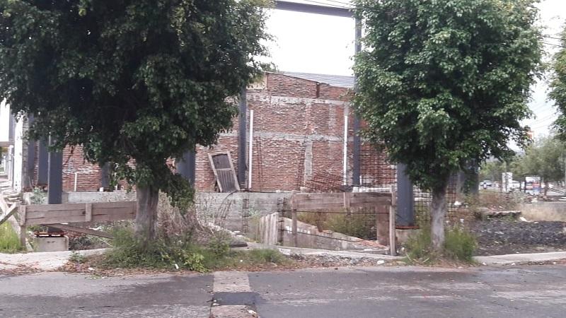 Vecinos de Lomas de la Huerta demandan que por lo menos se coloque una malla en un edificio en construcción, pues se ha convertido en refugio para malvivientes