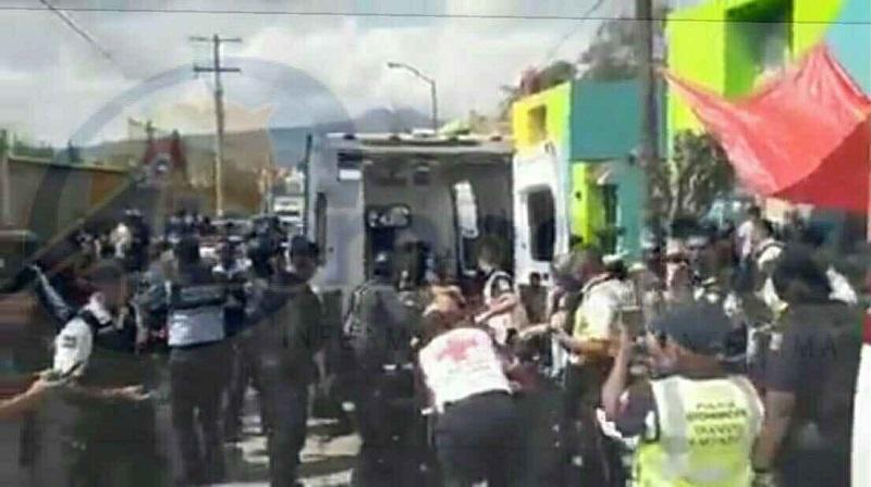 El asaltante al verse acorralado tomó a la fuerza a otra persona y empezó a disparar en contra de los elementos policiacos, para posteriormente tratar de darse a la fuga corriendo, pero fue detenido metros adelante