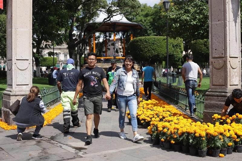 Ayuntamiento capitalino trabaja en el embellecimiento de sus plazas para la celebración de noche de muertos