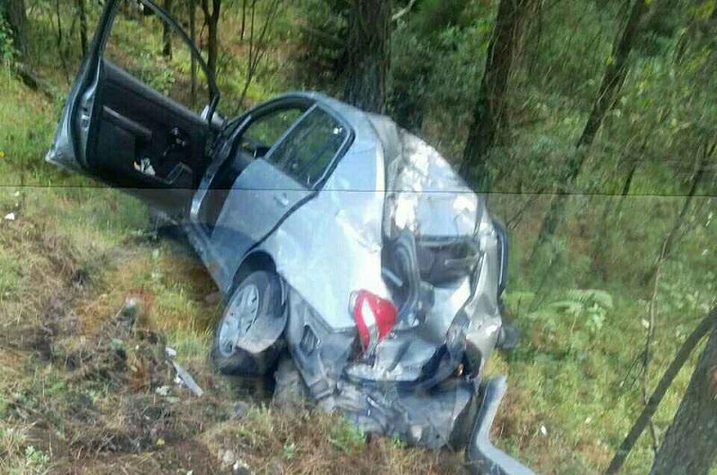 Testigos indicaron que el vehículo se salió de la cinta asfáltica volcó y terminó chocando contra un árbol, quedando en sus cuatro llantas nuevamente