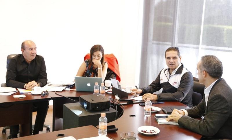 Dentro de esta mesa de trabajo, el mandatario estatal priorizó la gestión de recursos para el pago de compromisos ante el magisterio michoacano, de cara al cierre de año