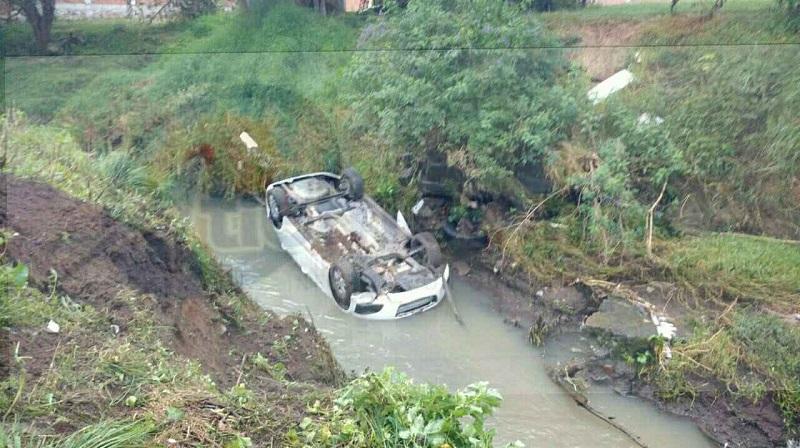 Al verificar en el interior confirmaron que el vehículo se encontraba abandonado, por lo que elementos de peritos apoyados por una grúa lo sacaron del lugar y lo trasladaron a un corralón