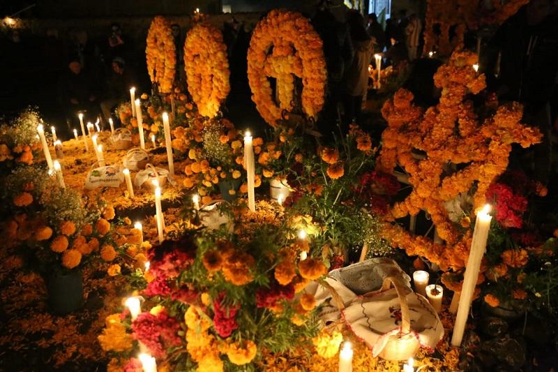 En un ambiente totalmente familiar, visitantes de diferentes países y estados de la República Mexicana, se dieron cita en el cementerio municipal de Tzintzuntzan