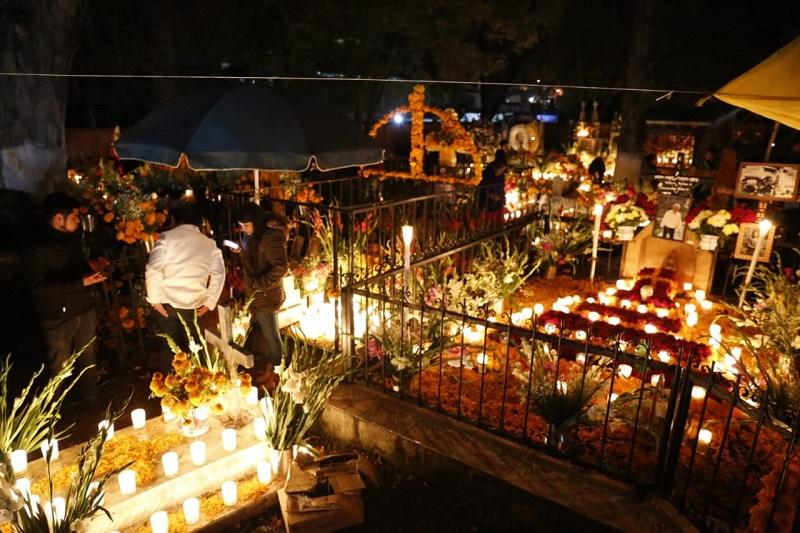 Visitantes se enamoran de la tradición de Día de Muertos en Tzintzuntzan