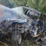 Después del fuerte impacto la camioneta Chevrolet quedó afuera de la cinta asfáltica en un desnivel de aproximadamente 5 metros y el conductor prensado, por lo que automovilistas solicitaron apoyo