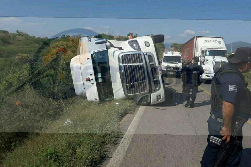 El conductor fue identificado como Rodrigo G., de 40 años de edad, originario de la ciudad de Morelia, el cual indicó que transportaba desechable y tenía como destino Altamirano, Guerrero