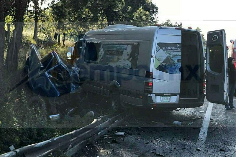 Tras el fuerte percance los dos pasajeros de la camioneta pick-up perdieron la vida, uno de ellos prensado