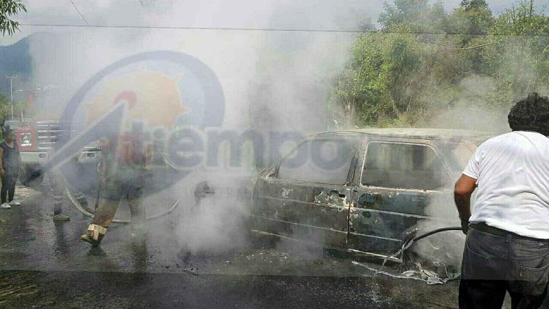 El hecho ocurrió cuando reportaron a la línea de emergencias el incendio de un vehículo sobre dicha tenencia, por lo que se trasladaron unidades de Bomberos y Protección Civil Municipal