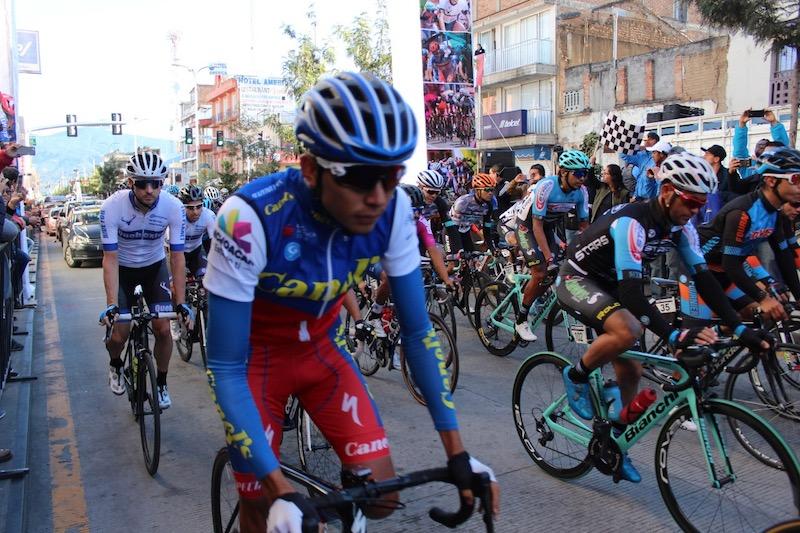 Entusiastas zitacuarenses se dieron cita en el centro y avenidas principales para animar a los ciclistas y ser testigos de este magno evento