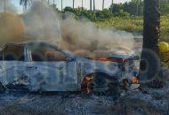 Tras el percance, automovilistas dieron aviso de servicio en agencia, acudiendo personal de Protección Civil Municipal ,al igual que de Bomberos Voluntarios Costa Sierra, quiénes iniciaron el combate del fuego del vehículo el cual fue consumido por las llamas