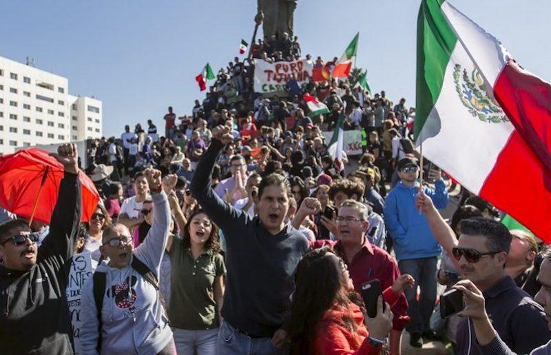 """Mientras se dirigían a un albergue para migrantes, numerosos manifestantes gritaron consignas como """"Primero nuestros pobres"""", """"basta de migración descontrolada"""" y """"migrantes sí, invasores no"""", entre otras (FOTO: CUARTOSCURO)"""