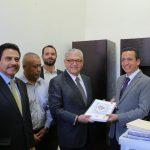 El secretario de Finanzas y Administración, Carlos Maldonado hizo entrega al presidente de la Mesa Directiva, Antonio Salas, de la documentación respectiva