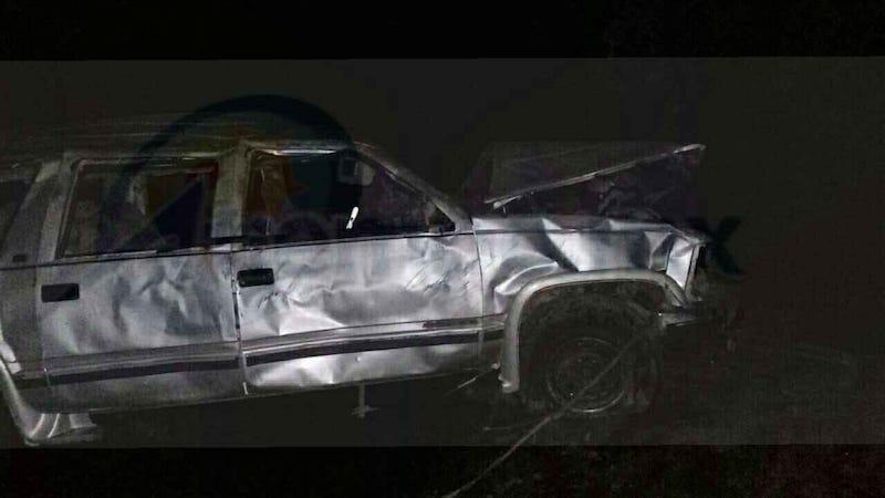 Al arribar al lugar localizaron en un barranco de aproximadamente 80 metros una camioneta Chevrolet tipo Suburban, de color gris con placas de circulación HCH-5736 del estado de Guerrero