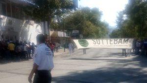 El bloqueo provocó un tremendo caos vial en la zona, mientras elementos de la Policía Michoacán sólo vigilaban los alrededores