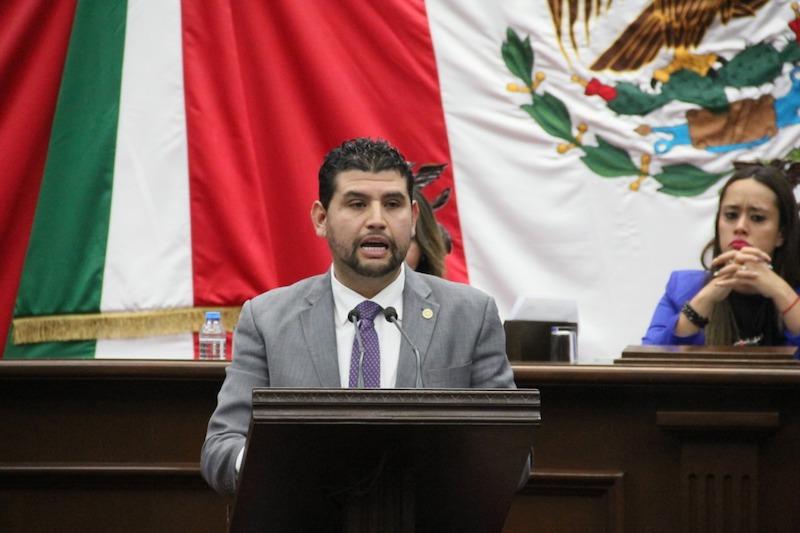 El diputado por el Distrito de Huetamo hizo mención que la profesionalización es un proceso de cambio constante y requiere de estímulos para su adopción