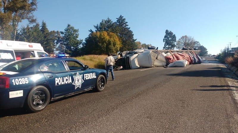 Por más de dos horas estuvo cerrada la carretera mientras realizaban el peritaje y las grúas retiraban las pesada unidad para trasladarla a un corralón