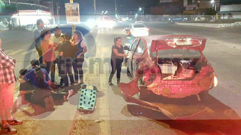 Personal paramédico de Protección Civil Municipal acudió al lugar del accidente donde estabilizó y trasladó a la mujer lesionada a un hospital para recibir atención médica