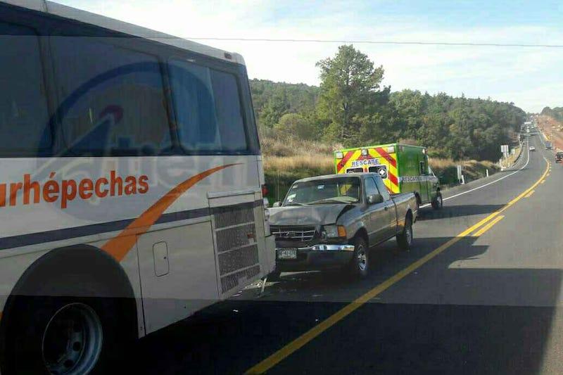 Al lugar acudieron paramédicos de Rescate y Salvamento, los cuales valoraron a J. Ascencio C., de 59 años, así como a otros dos pasajeros, los cuales fueron atendidos en el lugar debido a que presentaban lesiones menores