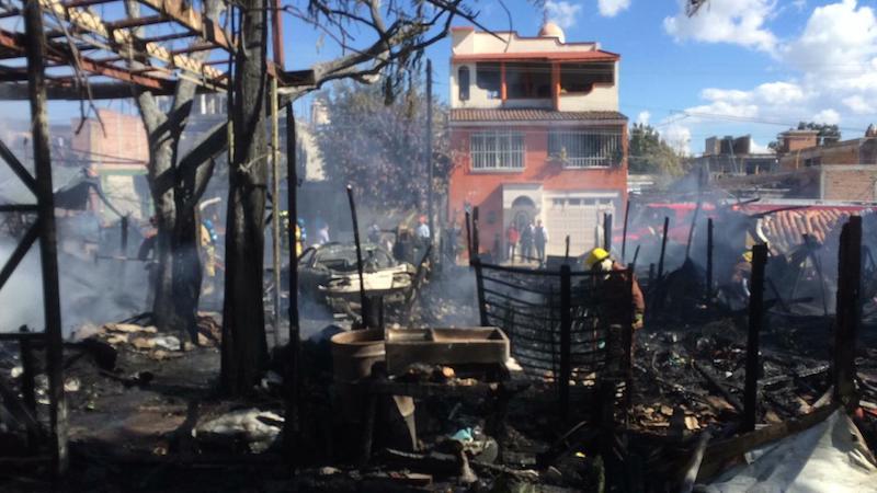 Al lugar acudieron unidades de la Policía Morelia, así como Bomberos Morelia y de Protección Civil Estatal, los cuales trabajaron coordinadamente para evitar que se extendiera el fuego a otros domicilios