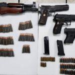 En la revisión de las unidades, se aseguraron cuatro armas cortas: dos calibre .45mm, una .9mm, y otra .380; además de un rifle AK47, 143 municiones y cinco cargadores, uno de ellos de disco, para el arma larga