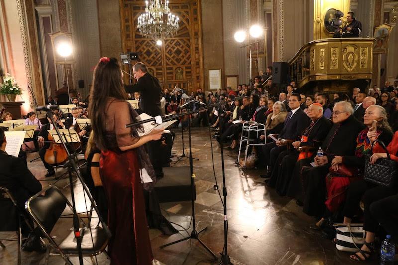 Aureoles Conejo entregó reconocimientos a tenores, sopranos y directores de orquestas por su desempeño artístico, así como a la viuda del fundador del FIOM