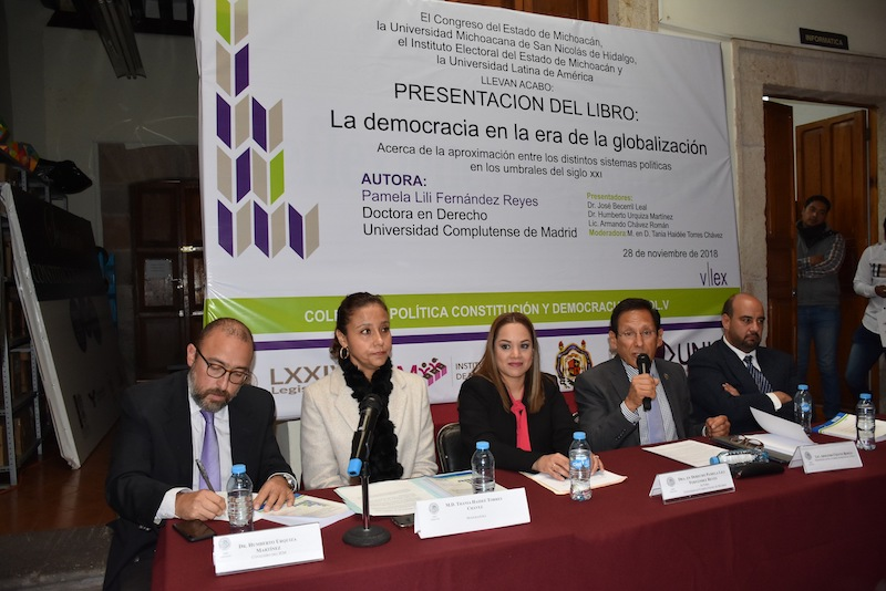 """Con el apoyo del IIEL, se presentó el libro """"La democracia en la era de la globalización"""""""