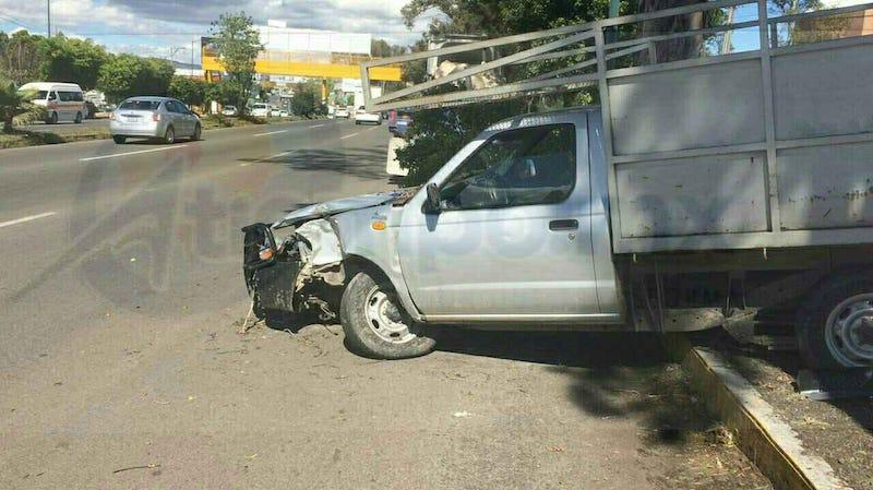 Testigos solicitaron apoyo de una unidad médica, valorando los paramédicos al conductor de la camioneta, el cual fue atendido en el lugar del percance ya que las lesiones no ponían el riesgo su vida
