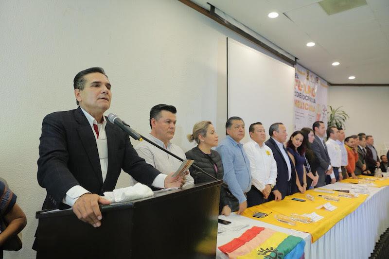 """Silvano Aureoles pidió no olvidar """"quiénes somos y a dónde vamos"""", al señalar que las grandes reformas que transformaron al país se forjaron precisamente en el PRD"""