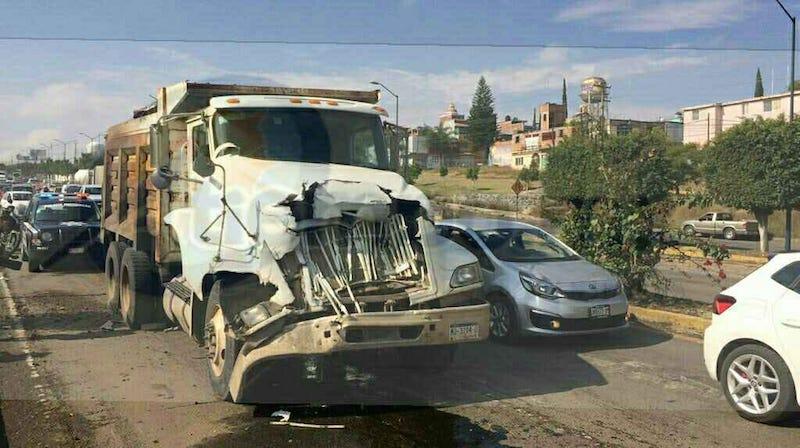 Carambola en salida a Charo de dos camiones y una camioneta deja cuantiosos daños materiales